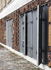 massive Eisentuer in einer Mauer
