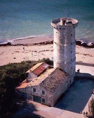 La Phare Balienes 1699 Charente Maritime  Ile de Re  France  View of Ancient Tower and Light Keepers Housing  La Phare Balienes  erbaut 1699  Ile de Re  Frankreich  Blick auf den Leuchtturm  im Vordergrunbd Haus des Leuchtturmwaerters