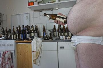 verwahrloster Mann mit leeren Bierflaschen  Harz IV