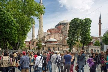 Wartende vor der Hagia Sofia