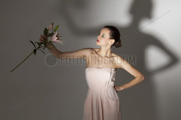 Frau mit einer Lilienblume