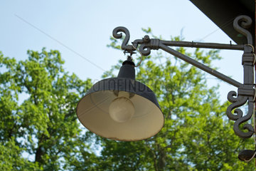 Beelitz  Deutschland  eine alte Strassenlaterne an einer Hausecke