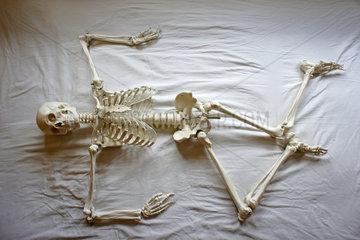Skelett im Bett