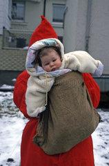 Baby im Sack von Weihnachtsmann