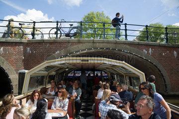 Amsterdam  Niederlande  Touristen auf einem Sightseeing-Boot