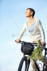 Seniorin macht Radreise im Sommer