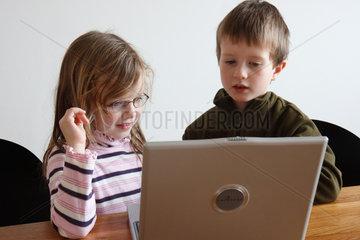 Berlin  Deutschland  Bruder und Schwester am Laptop