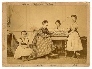 vier Geschwister  Schwestern  Familienportraet  1869