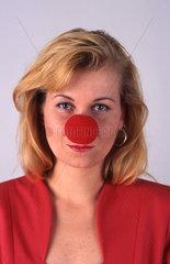 Frau mit roter Nase