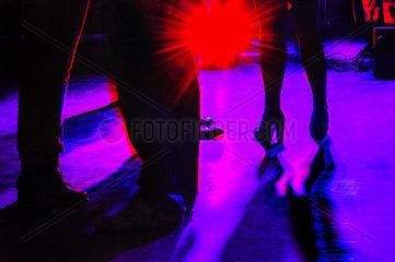 rotes Spotlight auf einer Tanzflaeche