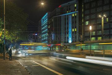 Nachtaufnahme einer Strassenkreuzung bei starkem Verkehr