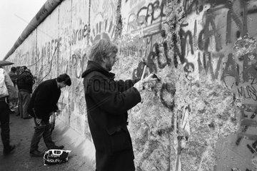 Berlin  Deutschland  Mauerspechte schlagen Stuecke aus der Berliner Mauer