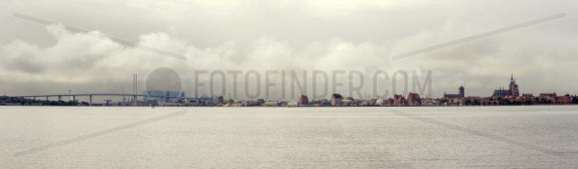 Panorama Stralsund mit Ruegendammbruecke  Ziegelgrabenbruecke und Hafen