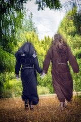 Nonne und Moench rennen vom Betrachter weg