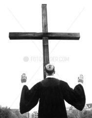 Moench betet Kreuz