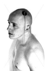 Glatzkopf mit Badezimmerstoepsel