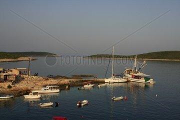 Kroatien  Mittel-Dalmatien  Insel Vis  Fischerhafen Rukavac