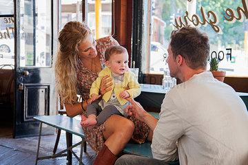 familie mit kleinkind im cafe