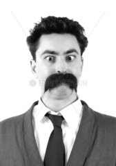 Mann mit Bart Nr.2 schielt
