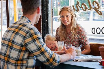 familie mit kleiner tocher im cafe
