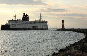 Rostock  Deutschland  Ostmole mit Leuchtturm und Scandlines-Faehre bei Warnemuende