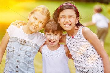 Gruppe Maedchen im Kindergarten im Sommer