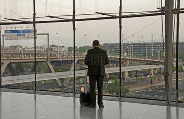 Geschaeftsmann mit Trolley  Abflughalle Airport Koeln Bonn  Koeln  Nordrhein-Westfalen  Deutschland  Europa