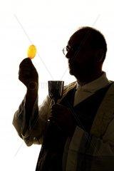 ein katholischer Priester bei der Kommunion im Gottesdienst