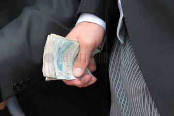 Ascot  Grossbritannien  englische Geldscheine in einer Hand