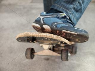 Fuesse auf einen Skateboard