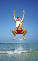 Weihnachtsmann springt in die Luft