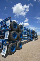Groom  USA  ein Truck hat Trailer geladen und steht auf einem Parkplatz