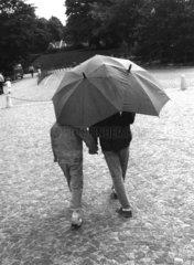 seltsamer Regenschirm fuer zwei