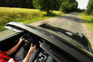 Landsberg an der Warthe  Polen  Fahrt mit einem Cabrio ueber die Landstrassen