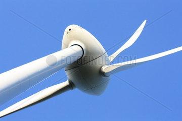 Windrad Detail vor blauem Himmel