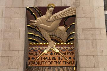 Steintafel am General Electric Building  vormals RCA Building  ein Wolkenkratzer in New York und Teil des Rockefeller Center-Komplexes  Manhattan  New York City  USA