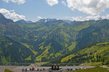 Panorama vom Walmendinger Horn nach Sueden ins Kleinwalsertal  Allgaeuer Alpen  Vorarlberg  Oesterreich  Europa