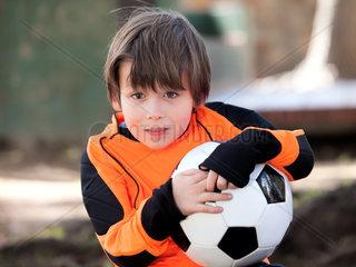 Junge mit Torwart Trikot und Ball