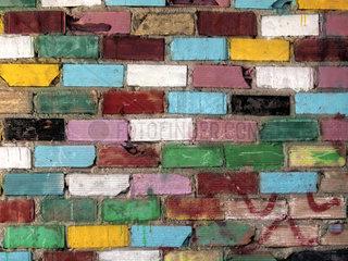 verwitterte Wand aus alten  bunten Ziegelsteinen