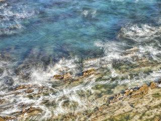 Abstrakte Kuestenlandschft mit Felsen und Wasser mit Bewegungsunschaerfe