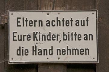 Schild am Eingang der Breitachklamm Eltern achtet auf eure Kinder  bitte an die Hand nehmen   Allgaeu  Bayern  Deutschland  Europa