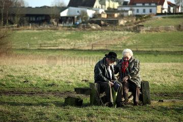Berlin  Deutschland  zwei aeltere Menschen sitzen auf einer Bank