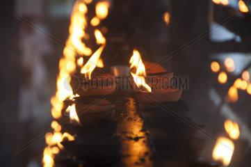 Brennende Butterlampen  Puja  Buddhismus  Sri Lanka  Ceylon  Suedasien  Asien