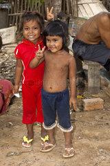 Zwei einheimische Kinder machen das V-Zeichen  Pre Kolam  Kompong Lung Provinz  Kambodscha