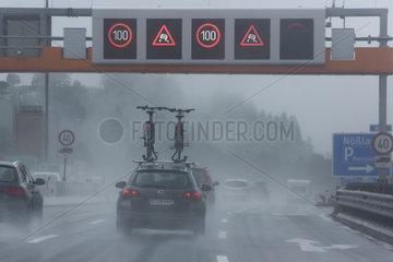 Noesslach  Oesterreich  Symbolfoto  schlechte Sicht auf der Autobahn bei Regen