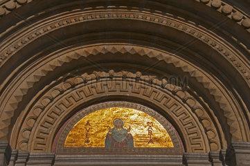 Tympanon  Eglise Sainte Ste Marie  Sint St Maria Kerk  Kirche mit grosser Kuppel am Place de la Reine  Koninginneplein  Koningsstraat  Schaerbeek  Schaarbeek  Bruessel  Belgien  Benelux  Europa