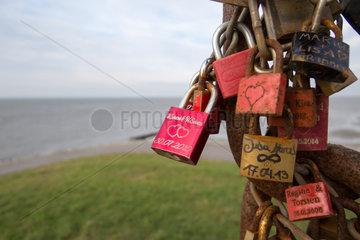 Emden  Deutschland  Liebesschloesser an einem Aussichtspunkt an der Nordseekueste