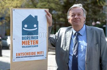 Berlin  Deutschland  Jan Kuhnert  KUB  mit einem Plakat zum Mietenvolksentscheid
