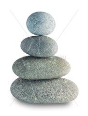 Turm aus Kieselsteinen am Strand Zen Balance Harmonie freigestellt auf Weiss