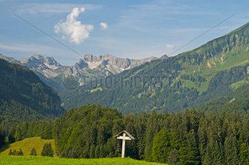Feldkreuz im Oytal  dahinter das Stillachtal  Oberstdorf  Oberallgaeu  Bayern  Deutschland  Europa